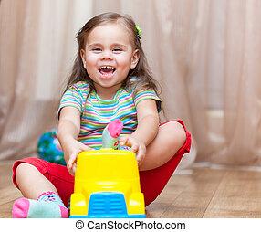 gyermek, leány, játék, noha, egy, apró autó