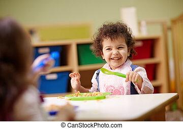 gyermekek eszik, ebédel, alatt, óvoda