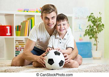 gyermekek fiú, noha, apuka, játék, labdarúgás, otthon