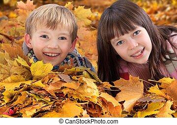 gyermekek játék, alatt, ősz