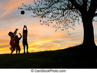 gyermekek játék, alatt, napnyugta, körvonal, szabadság, és, boldogság