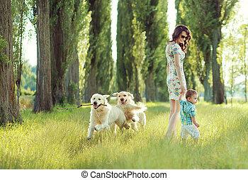 gyermekek játék, noha, anyu, és, kutyák