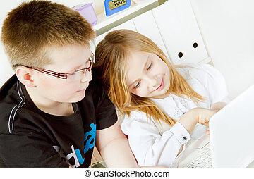 gyermekek játék, számítógép, alatt, szoba