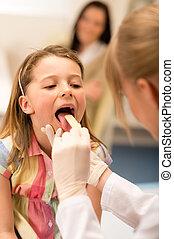 gyermekorvos, megvizsgál, leány, torok, nyelv