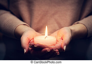 gyertya csillogó, izzó, alatt, woman's, hands., imádkozás,...