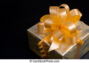 gyllene, gåva, gul, bog, papper, svart fond, packat, trevlig