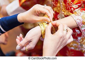 gyllene, välsignelse, armband, äldre, släkt, presenterande