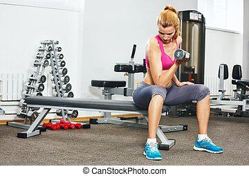 gym., 若い, 運動, 女, ダンベル