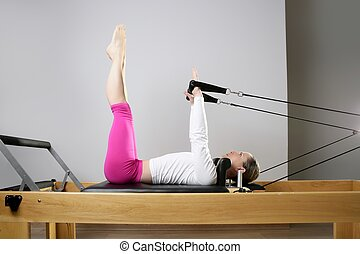gym, vrouw, pilates, stretching, sportende, in, reformer,...