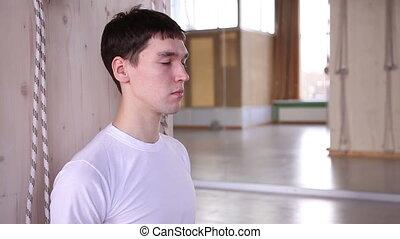gymnase, médite, jeune homme