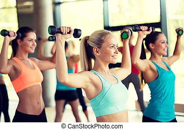 gymnastiksal, hantlar, grupp, kvinnor