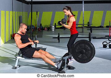 gymnastiksal, par, med, hantel, vikter, och, fitness, roddare