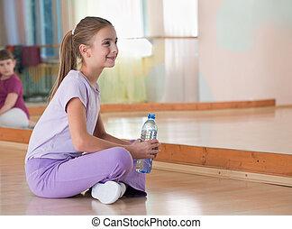 gymnastiksal, vatten, fält, flaska, spegel., sitt, flicka, sportkläder