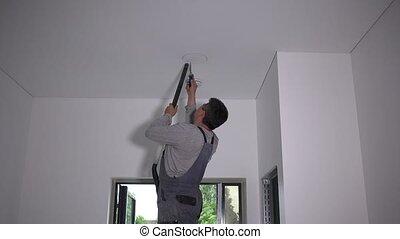 gypse, ceiling., ouvrier, figure, homme, automne, trou, morceau, scie, rond, placoplâtre