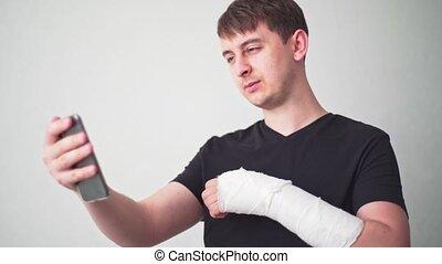 gypse, os, telemedicine., vidéo, communique, arm., docteur, cassé, fracture, spectacles, appeler, patient