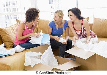 három, dobozok, új családi, lány friends, mosolygós, kicsomagoló