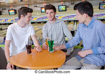 három, fiatal férfiak, havng, egy, ital, -ban, a, pipafej tekepálya