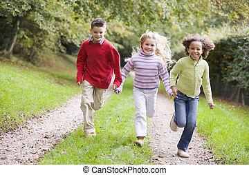 három, fiatal, futás, szabadban, út, mosolygós, barátok