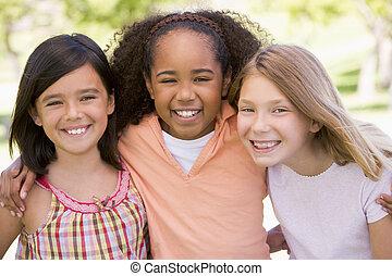 három, fiatal lány, barátok, szabadban, mosolygós