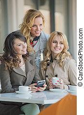 három, jó friends, alatt, a, kávécserje bevásárlás