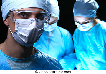 három, katonaorvosok, munkában, működtető, alatt, sebészeti, színház, megmentés, türelmes, és, külső at, élet, monitor., felelevenítés, orvosság, befog, fárasztó, oltalmazó, masks., operáció szükségállapot, fogalom