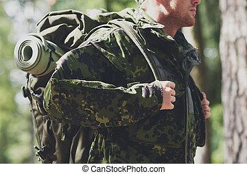hátizsák, fiatal, feláll, katona, erdő, becsuk