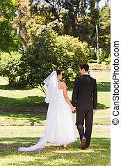 hátsó kilátás, közül, newlywed, párosít, walkin