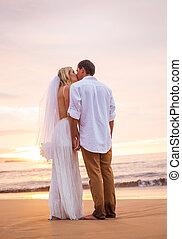 házaspár, menyasszony inas, csókolózás, -ban, napnyugta, képben látható, gyönyörű, tropical tengerpart, alatt, hawaii