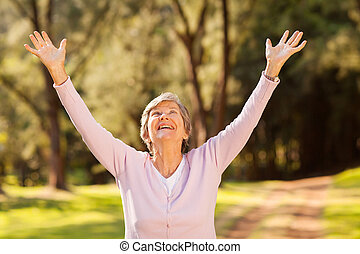 hälsosam, äldre kvinna, beväpnar outstretched
