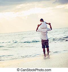 hälsosam, älskande, pappa och dotter, spelande tillsammans, stranden, hos, solnedgång, lycklig, nöje, le, livsstil