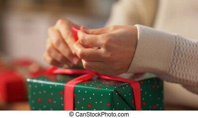 hände, bindend, geschenk, weihnachten, verpackung, schleife