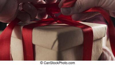 hände, bindend, kasten, mann, geschenk, junger, schleife, ...