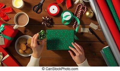 hände, geschenk, weihnachten, wählen, verpackung, schleife