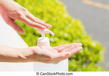 hände, sanitizer, handwäsche, pumpe, weibliche , dispenser., gebrauchend, gel