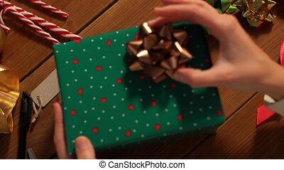 hände, weihnachtsgeschenk, schleife, wählen, verpackung