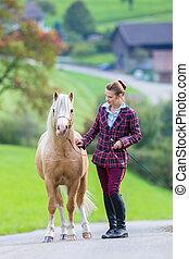 Häst, kvinna, ung