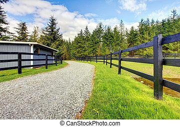 häst, lantgård, med, väg, staket, och, shed.