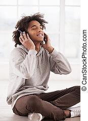 hålla, kärlek, Lyssnande, golv, detta, hörlurar,  song!, glad, medan, musik, tonåring, stängd, afrikansk, sittande, Ögon