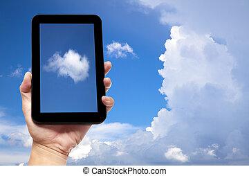 hålla lämna, skrivblock persondator, med, moln, bakgrund