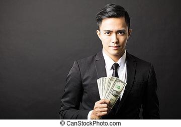 hållande pengar, affär, ung man