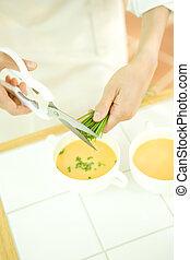 hånd, i, kvinde, picking, purløg, by, garnere, i, suppe