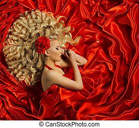 hårtuppsättning, kvinna, lockig, frisyr, sätt modellera, länge, ringla, hår, flicka, på, röd, färg