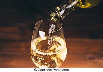 hælde, hvid vin, af, en, flaske, ind, en, rykke sammen, udsigter, i, den, wineglasses, imod, af træ, baggrund