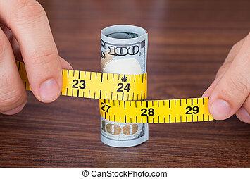 hænder, holde, banknote, hos, måle, tape