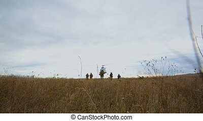 hélicoptère, champ bataille, mouches, sur, soldats