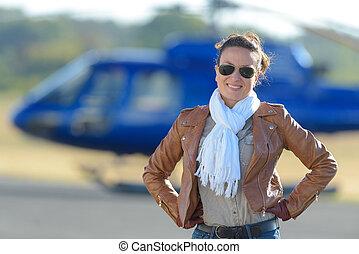 hélicoptère, femme, jeune, stationnement