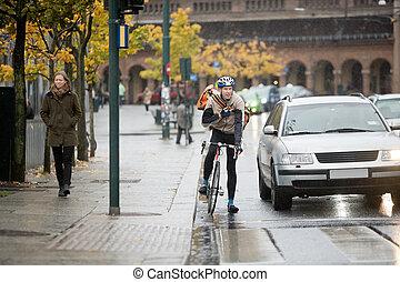 hím, biciklista, használ, hordozható adó-vevő, képben...