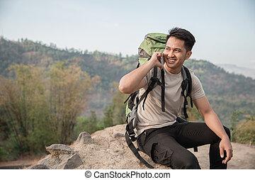 hím, kiránduló, használ, mobile telefon