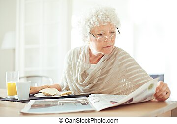 hír, senior woman, felolvasás, reggel