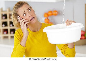 hívás, vízvezeték szerelő, nő, víz, plafon, eresztő, rögzít